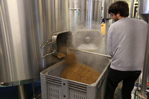 LANG PROSESS: Færder Mikrobryggeri kan brygge 2.000 liter øl på én tank. Det prisvinnende ølet er ekstra vanskelig å brygge, ettersom gjæringstiden er lenger enn vanlig.