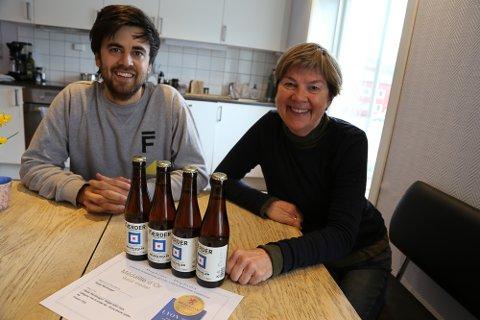 TIL TOPPS: Færder Mikrobryggeri vant internasjonal pris for ølet «Belgisk gyllen». Det er Mathias Krüger og Tone Krüger godt fornøyde med.
