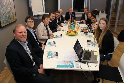 PÅ BESØK: Stortingets arbeids- og sosialkomité på besøk hos Velle Utvikling i Tønsberg.