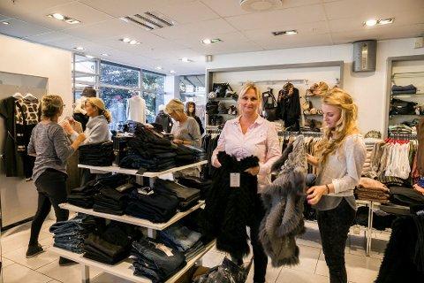 VINNER PÅ VÆREMÅTEN: Linda Brakstad Glenne har suksess med teft for mote og et enormt glimt i øyet, som kundene setter pris på.  datteren Miriam Brakstad Stangeland (til høyre).