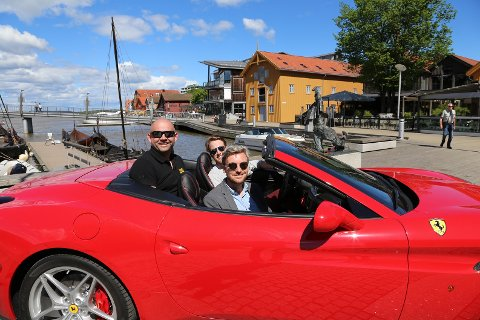 SPORTSBILGLEDE: Frode Sundsdal (fra venstre) er lokal arrangør, og Herman Smidt og Kristoffer Strømme fra bilforretningen Autoxo samler kunder og venner.