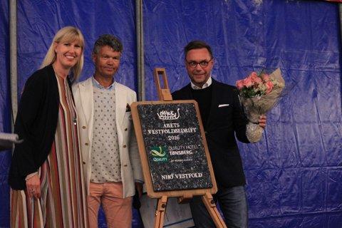 TIL TOPPS: Hotelldirektør Øyvind Hagen (f.h.) og Quality Hotel Tønsberg ble kåret til Årets Vestfoldbedrift 2016. Her med jurymedlem Steven Foss og Kristin Saga, leder i NHO Vestfold.