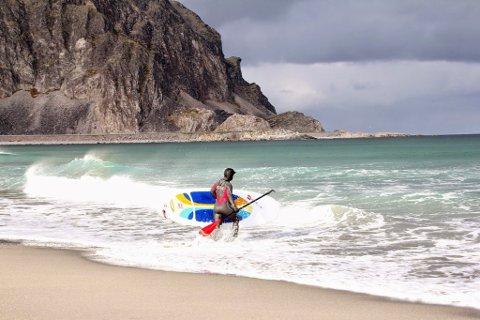 KITING: Sandfjordstranden i Berlevåg i Finnmark lokker til seg surfere og kitere med våtdrakt – men også lokalbefolkning uten våtdrakt på solfylte sommerdager.