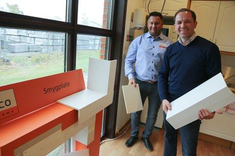 DET KAN BLI ENDA EN PRIS: Denne smygplaten er nå med i finalerunden for Byggenæringens Innovasjonspris 2017. Hovedeier i Deco Systems, Johnny Hoff (t.v.), og daglig leder Olaf Rimstad har store planer om å vokse de neste årene.
