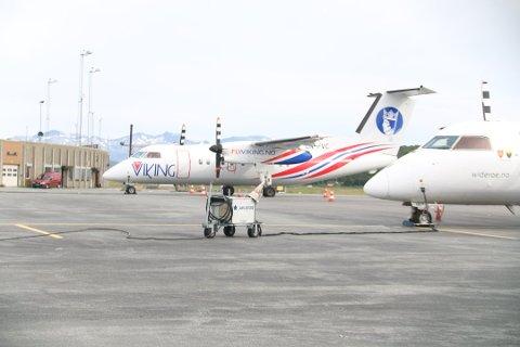 RAPPORTER: Flere hendelser med FlyViking er rapportert inn til Luftfartstilsynet av andre parter, som bakkepersonell og ansatte i andre selskap. Blant dem er ansatte i Widerøe, som rapporterte inn takeoff uten avising i Hammerfest. Her står FlyViking og Widerøe side om side på Tromsø lufthavn fredag.