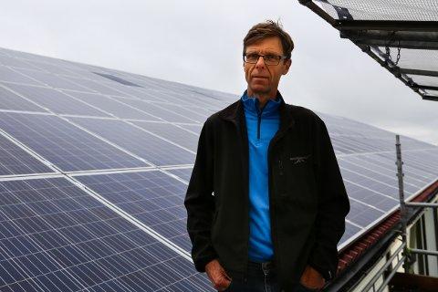 SOLENERGI: All strømmen som produseres av solcelleanlegget går rett til kjølelageret, og skulle de vært helt selvforsynt måtte de hatt fire slike anlegg, forteller daglig leder Geir Fossnes ved Gjennestad vgs.