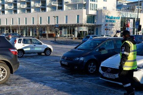 HVALTORVET: Parkeringen nedenfor senteret og hele Thor Dahls gate ned til brygga har fått utvidet  parkeringsbestemmelsene med en time og  det er i tillegg trumfet gjennom gratis parkering.