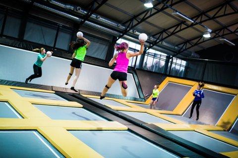 Gravity Sports kan snart få konkurranse som trampolinepark i Vestfold. – Det trenger vi, sier daglig leder Vivian Grüner.