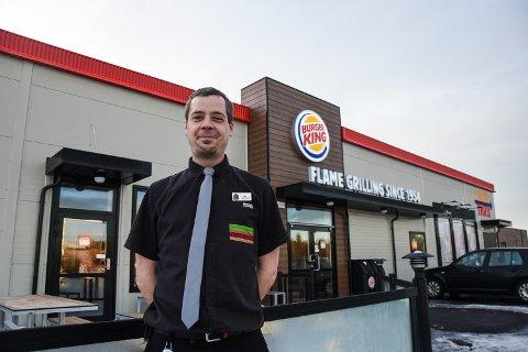 POSITIVE TALL: Restaurantsjef, Olav Bæverfjord, er godt fornøyd med driften til den nyetablerte Burger King restauranten i Ringdal. Bæverfjord forteller om en høy omsetning og hektiske dager hos den populære restauranten.
