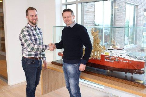 STOR KONTRAKT: Daglig leder Simen Sanna (t.v.) i Yxney Maritime AS har inngått avtale med rederiet SolstadFarstad, her ved miljøingeniør Svein Erik Isaksen. Avtalen gjelder leveranse av software som reduserer drivstoff-forbruket på supplybåter.