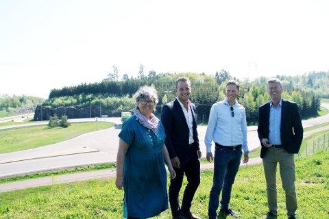 UTÅLMODIGE: Eiendomsutviklerne Eirik Østern og Eirik Sunde (i midten) vil raskest mulig i gang med utviklingen av næringsarealer på Bentsrud Syd, altså åsen i bakgrunnen. Næringssjefene Inger Christensen og Øystein Hjørnevik er klare for å bidra.