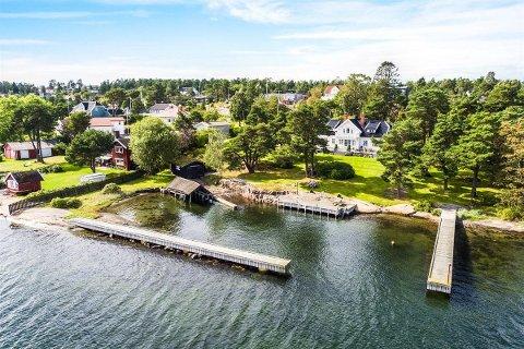 Slik ser eiendommen ut fra sjøsiden. Foto: Sem & Johnsen Eiendomsmegling