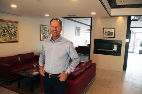 OPTIMIST: Tom Gustav Stene Skoug, ny markeds- og salgssjef ved Holmestrand fjordhotell, har god tro på hotellets fremtid.