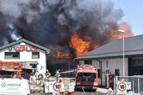 FLAMMER OG RØYK: Dramatiske scener utspant seg fredag på Sem. Kepler bilservice kom velberget fra brannen.