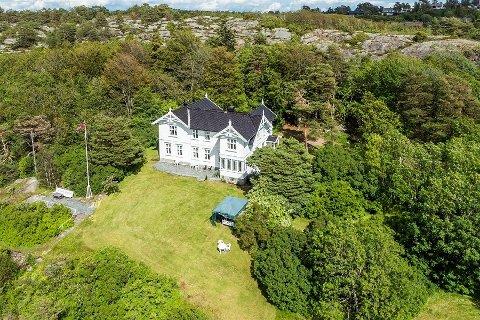 I dette flotte huset er det blitt drevet pensjonat tidligere. Det skal være oppført rundt 1900. Lettsolgt har det ikke vært.