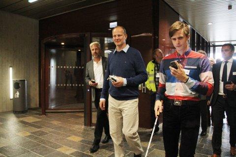 NYVINNING: Blinde Kristoffer Lium demonstrerer nyvinningen for samferdselsminister Ketil Solvik-Olsen (FrP). I bakgrunnen, utvikler Einar Myreng i Tønsberg-bedriften Next Signal.