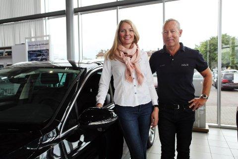 JUBLER: Salgssjef hos Møller Bil Tønsberg, Lars Wulff, gleder seg over at det nye avgiftssystemet er utsatt et år. Her sammen med daglig leder i firmaet, Marte Helleland.