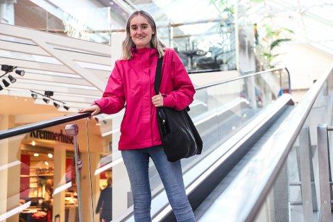 SER ENDELIG LYST UT: Live Marie Alviniussen Askerud (18) har prøvd å få butikkjobb i flere år. Nå har det endelig dukket opp en mulighet.