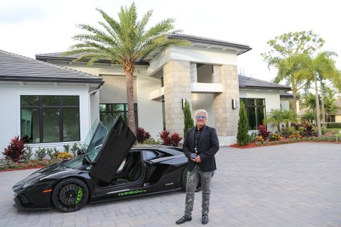 BILGLAD: Da Asbjørn Abrahamsen reiste til USA for første gang, var det for å kjøpe biler. Nå har han kjøpt enda flere aksjer i Norwegian. Han liker fortsatt raske biler og kjører en Lamborghini Aventador SV.