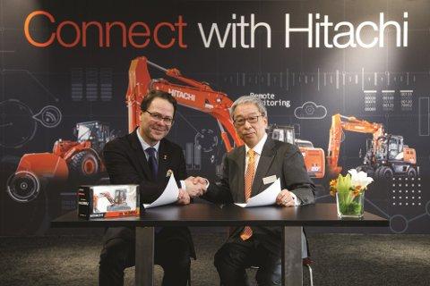 LANGVARIG SAMARBEID: Abax og Hitachi satser på et langvarig samarbeid som vil gi enda flere muligheter når det kommer til nyutvikling og innovasjon. Fra venste: Administrende direktør i Abax, Morten Strand, og Makoyo Yamazawa HCME President, Chairman of the Management Board.