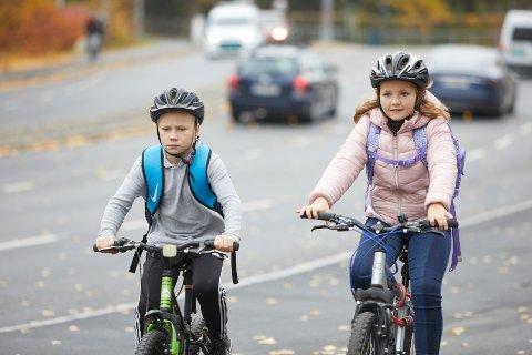 TRYGGE SKOLEVEIER: Både trafikkopplæring og trygg utforming av skoleveiene er viktig for at barna skal kunne sykle eller gå til skolen, mener NAF.