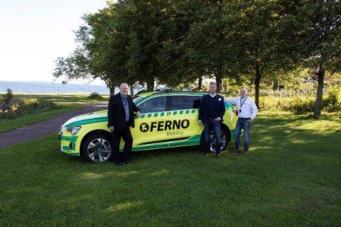 NYANSKAFFELSE: Daglig leder Ole Brekkenes, salgssjef Willy Eilertsen, og oppfølgingsansvarlig Geir Engely med den nye elbilen.