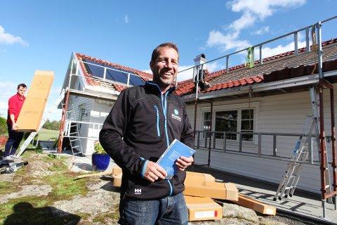 SOL OG SNØ: Kim Olsen er daglig leder i selskapet Bluetec som driver med  solcelle og ladeanlegg til elbil. Nå går han fra sol til snø – med den digitale løsningen brøyte.no.