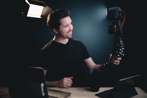 LØSNINGSORIENTERT: André Askeland lever av å lære bort videoproduksjon. Når det nå stoppet opp, holder han det gående ved å dele kunnskap på nett, gratis.