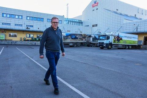 BESTEMMES SENERE: André Sivertsen, plass- og lagersjef ved Tine, forteller at beslutningen om meieriet på Ås skal bestå er utsatt.