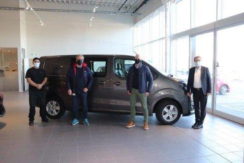GAVE: Opplæringskontoret har fått en Toyota Proace EV til sine bilfagstudenter. På bildet ser vi lærling Amir Bilal, daglig leder i Opplæringskontoret i Vestfold Tom Solum, styreleder i Opplæringskontoret Paul Bergh og administrerende direktør Toyota Bilia Even Karlsen.
