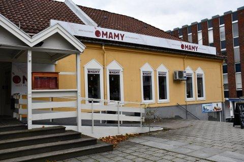 OMAMY: Denne restauranten ble pusset opp innvendig da den fikk nye drivere og nytt navn i fjor høst. Men garderobeforholdene for de ansatte var Mattilsynet ikke fornøyd med da de besøkte stedet i februar. Foto: Marina Hettervik