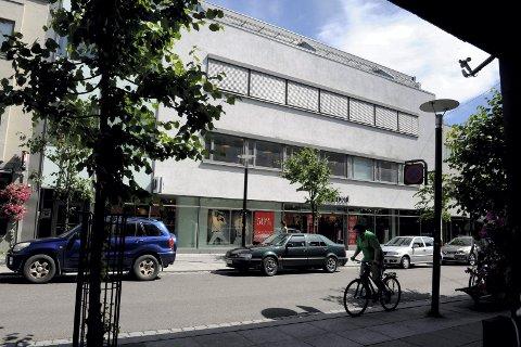 TIL SALGS: Lokalene til Gina Tricot i Jernbanealleen 17 og Sandefjords Blad i Storgata 4 er til salgs.