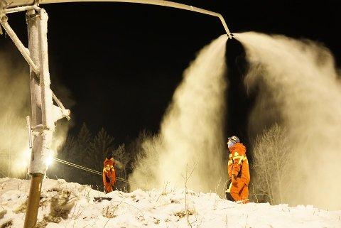 Snøproduksjon: Brattbakkens Venner startet med snøproduksjon på onsdag i forrige uke, men måtte gi seg lørdag kveld. Da var det blitt for varmt. Arkivfoto: