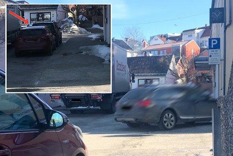 Denne bilisten kjørte på fortauet forbi inngangsdøra til Polet fordi en lastebil sto stille der det var lov til å kjøre. Heldigvis kom ingen ut fra forretningen i sekundene da bilen aksellererte de 10-15 meterne før han la seg inn igjen foran de lovlig parkerte bilene (se innfelt foto). Bildet er tatt på formiddagen onsdag 28. mars.