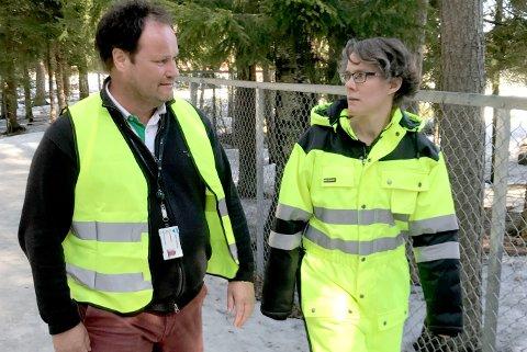 Skolens ansatte patruljerer området rundt skolen. - Det viktigste nå er å skape trygghet, så vi patruljerer, sier rektor Trond Kristiansen og SFO-leder Johanna Kuijpens.