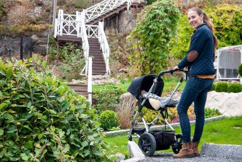 OMVEI: Tove Strauss går helst rundt huset og ned til naboen for å gå ut på veien. Da er hun litt lenger unna svingen. Familien bygde denne lange trappen opp på berget så barna kunne komme seg til venner uten å måtte krysse veien.