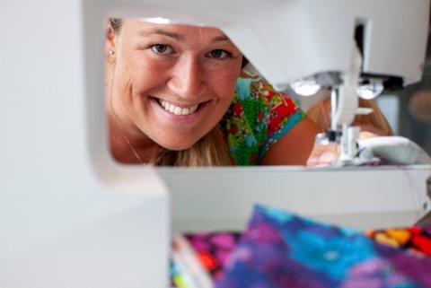Janne Rygh elsker sin nye hobby. For et år siden kunne hun knapt sy en rett søm. Nå syr hun lett en genser på to timer mens datteren Maja ligger og sover.