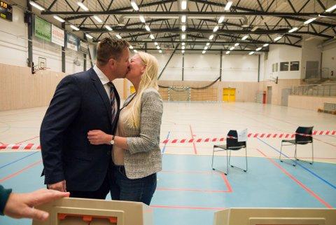 FEIRET: Ordfører Truls Wickholm (Ap) og kona Edina Ringdal var tydelig fornøyde med valgstemmene de avga m,andag morgen.