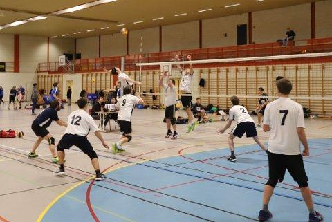 For å unngå smittefare velger nå Nesodden IF å avlyse alle treninger og arrangementer der grupper deltar.  Her er et av NIF Volleyballs lag i aksjon i Nesoddhallen i januar.