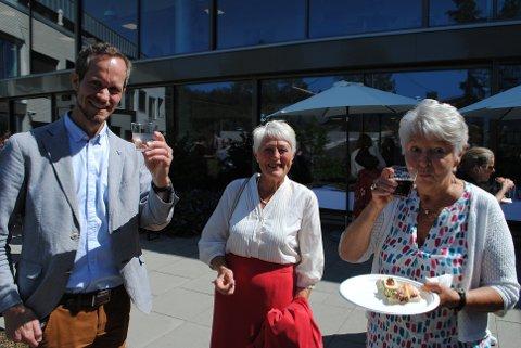 – Jeg synes dette var veldig fint, sier beboer på Fjellstrand Bjørg Ehrnst til høyre. Her sammen med ordfører Eivind Hoff-Elimari og Astrid Løes Hokolt.