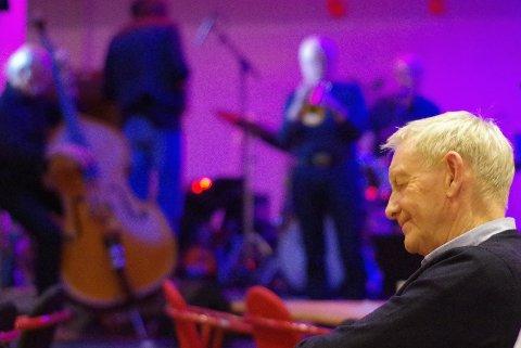 MOT BLÅKVELD: Publikum koste seg, og Arne Johnsen fra Tynset, selv trompetspiller, lyttet konsentrert  til Tore Tingstads toner.