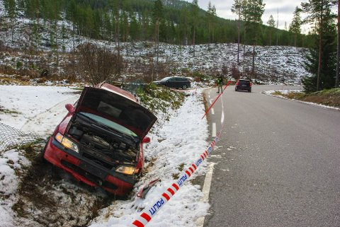 Åkerstrømmen  20171030. En burgunderrød Opel Astra i grøfta på riksvei 30 ved Åkerstrømmen etter at Sparebank 1 i Rendalen i Hedmark ble ranet mandag morgen. Gjerningsmennene ble pågrepet ved et grustak øst for Åkrestrømmen etter at politiet fikk helikopterbistand. Foto: Tor Egil Strømsmoen / NTB scanpix