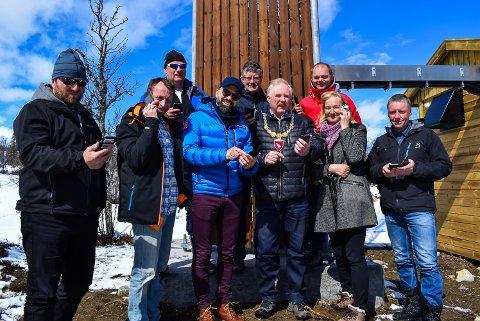 Nå kan enda flere i Holtålen både ringe, tekste, snappe og instagramme. Bak f.v. Rolf Aas, rådmann Marius Jermstad og Pål Lukashaugen fra Telenor.  F.v Pål M. Dahlø i ST fylkeskommune, IKT-sjef Olav Grønli, Vegard Tingstad fra Telenor, ordfører Jan Håvard Refsethås, fylkespolitiker Kirsti Leirtrø (AP) og avdelingsleder for kultur og næring, Olve Morken.