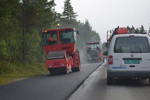 NY ASFALT: På strekningen rv.30 mellom Tolga og Os legges det nå to kilometer med asfalt.
