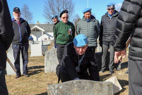 BLOMSTERNEDLEGGELSE: Tidligere FN-soldat Svein Ole Lien legger ned blomster på sin onkels grav