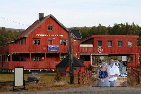 TIL SALGS: Tone og Rolf Eriksen (innfelt) har lagt ut Femund Fjellstue i Elgå for salg.