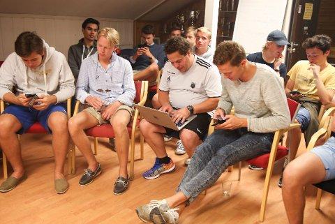 UTEN NETT: Ti minutter ut i EM-kampen har Massimo og guttene i Bærum bredde ennå ikke lyktes med å få opp kampen på storskjerm.