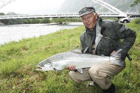 Postmesteren: Jan Solstad tok denne laksen på 9,2 kilo i Postmestern 16. juni.