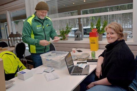 Vaksinasjon: Etter  en intensiv ringerunde hvor om lag 120 personer fikk beskjed om at de ikke trengte komme, ble det en rolig torsdag ettermiddag for Thomas Bulling og Ellen Sponås.