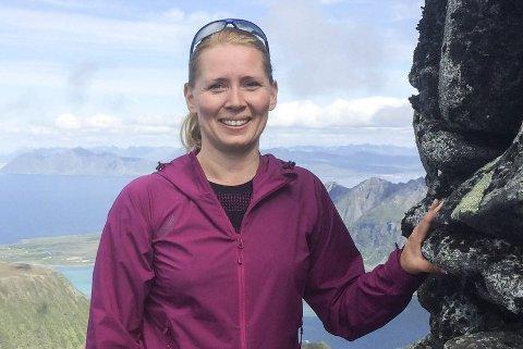 TURGLAD: Linda Sandåker er glad i naturen, og håper Barnas Turlag Gjerstad skal åpne opp en ny verden for de unge. Dette bildet er tatt under bryllupsreisen til Lofoten i sommer.